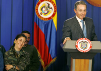 Uribe with Betancourt during a news conference at the Casa Narino palace in Bogota (Photo: Reuters)
