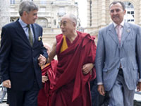 The Dalai Lama at the Senate with UMP members Louis de Broissia (L) and Lionel Luca (R).(Photo: Reuters)