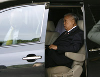 Samak leaves to meet the king(Photo: Reuters)