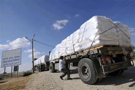 Humanitarian supplies in Israel, stopped at the Kerem Shalom border crossing, 13 November 2008(Photo: Reuters)