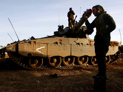 An Israeli soldier adjusting the barrel of a tank near the northern Gaza Strip.(Photo: Reuters)