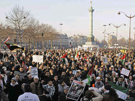 Demonstrators protest on Saturday in response to the Israeli air strikes on Gaza, Paris(Photo: Reuters)