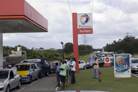 People queue to refuel cars in Jarry, Guadeloupe, 12 February 2009(Photo: AFP)