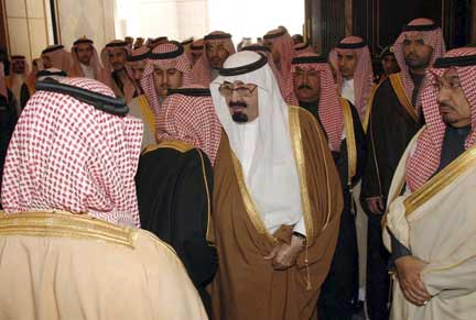Saudi King Abdullah is greeted by Saudi Princes at his palace(Photo: Reuters)