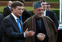 Prime Minister of the Netherlands, Jan Peter Balkenende and Afghan President Hamid Karzai at The Hague 30 March 30.(Photo: Reuters)