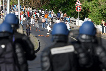 Youths face French police in Réunion(Photo: AFP)