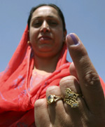 A woman shows the ink stain which makes it clear that she has voted(Photo: Reuters)