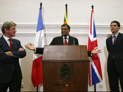 French Foreign Minister Bernard Kouchner (L), Sri Lankan Foreign Minister Rohitha Bogollagama and British Foreign Secretary David Miliband (R) at a news conference in Colombo on 29 April 2009(Photo: Reuters)