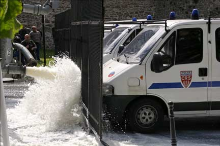 Farmers spray milk at riot police vehicles in Boulogne, northern France(Photo: Reuters)