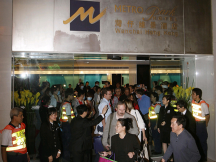 Quarantined guests leave their hotel, Hong Kong, 8 May 2008(Photo: Reuters)