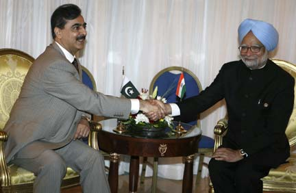 Pakistan's Prime Minister Yousaf Raza Gilani (L) shakes hands with India's Prime Minister Manmohan Singh in Sharm el-Sheikh (Photo: Reuters)