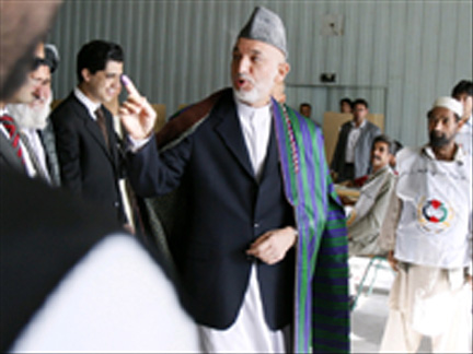 Afghan President Hamid Karzai casts his vote in Kabul(Photo: Reuters)