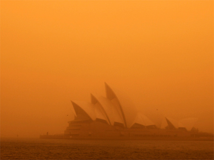 A dust storm blankets Sydney's iconic Opera House at sunrise, 23 September 2009. (Photo: Reuters)