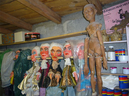 A rack of puppets backstage.(Photo: X. Daguzan)