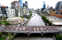 "Protesters form the words ""Safe climate Do it!"" on the Princes Bridge over Yarra River in Melbourne(Photo: Reuters)"