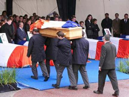 The funeral of some of the victims in the French port of Cherbourg in 2002(Photo: AFP)
