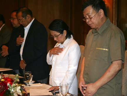 Philippine President Gloria Macapagal Arroyo (2nd R) prays with (L-R) Department of Interior and Local Government Secretary Rolando Puno, Executive Secretary Eduardo Ermita and Secretary of National Security Adviser Norberto Nograles during the national security council meeting(Photo: Reuters)