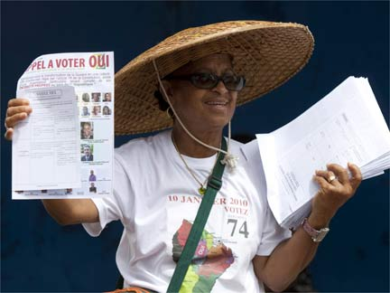 A woman campaigns for a yes vote in the referendum in the streets of Cayenne(Photo: Reuters)