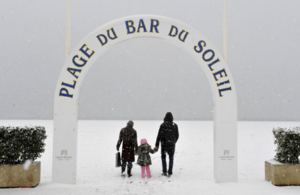 People walk on a snow-covered beach in Deauville, northwest France.Photo: Reuters