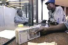 Guichet de banque en Côte d'Ivoire. Douze militaires français, qui devaient garder une succursale de la BCEAO ont été pris en possession de 65 millions de francs CFA. (Photo: AFP)