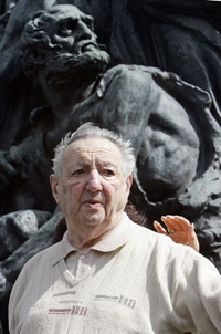 Marek Edelman, devant le monument aux héros de l'insurrection du ghetto de Varsovie, le 19 avril 2007.(Photo : AFP)