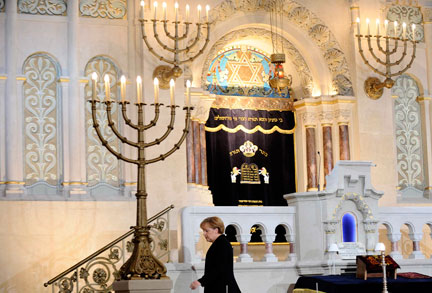 Angela Merkel dans la synagogue de Rykestrasse à Berlin, le 9 novembre 2008.( Photo : Reuters )