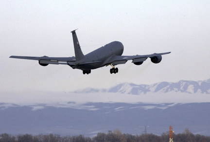 Un avion A KC-135 de l'US Air Force décolle de la base américaine de Manas, au Kirghizistan, le 12 février 2009. (Photo : Reuters)