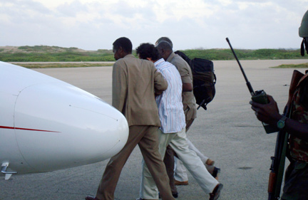 Marc Aubrière sur le point d'embarquer à l'aéroport de Mogadiscio, le 26 août 2009.(Photo : Reuters)