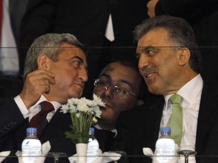 Le président turc Abdullah Gül (D) et son homologue arménien Serge Sarkissian (G) assistent à la rencontre Turquie-Arménie au stade Atatürk à Bursa, le 14 octobre 2009.( Photo : Osman Orsal/ Reuters )
