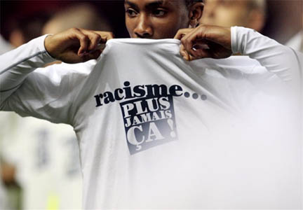 Le footballeur Serge Gakpe portant un t-shirt contre le racisme.(Photo : AFP/Mehdi Fedouach)