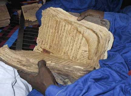 """«<em>Les scientifiques occidentaux pensaient que le savoir scientifique n'avait pénétré l'Afrique, qu'après l'arrivée des Européens sur le continent</em>» (Thebe Medupe, astrophysicien).(Photo : Alida Jay Boye. <a href=""""http://www.sum.uio.no/research/mali/timbuktu/project/"""" target=""""_blank"""">Timbuktu Manuscripts Project</a>. Université d'Oslo)"""