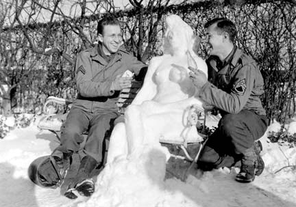 Their snow woman États-Unis, 14 janvier 1945, Sgt G. W. Herold, Defense Visual CenterPhotographie, US National Archives and Records Administration, National Archives at College Park, Maryland