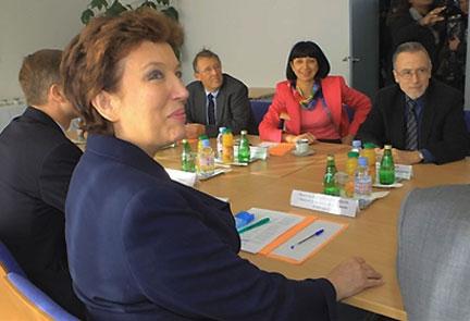 La ministre de la Santé Roselyne Bachelot (au centre) s'entretient avec le docteur Pierre Faraggi (à droite), président de la confédération des praticiens des hôpitaux, Rachel Bocher (2e à droite) présidente de l'intersyndicale des praticiens hospitaliers et Roland Rymer (3e à droite), président du syndicat national des médecins, chirurgiens, spécialistes et biologistes des hôpitaux, le 07 janvier 2008. (Photo : AFP)